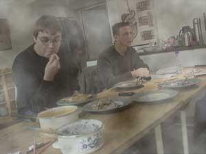 Rauchschwaden durchziehen das Dogma- Kochstudio