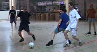 Abb.1: Vorsichtig wird der Ball zunächst umzingelt