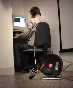 Jørgen hat jetzt Internetanschluss. Manchmal stört ihn die Kabeltrommel dabei ein wenig.