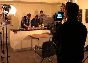 Vor laufenden Kameras wird ein Möhrenkuchen gebacken.