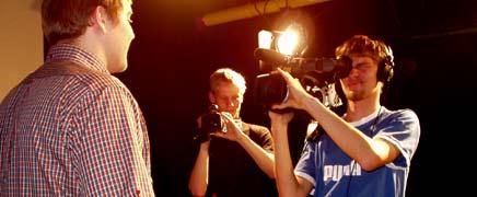 von Kameraleuten umlagert: Gerhard Schröder ...