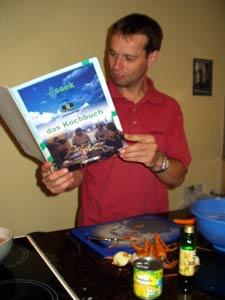 """Die Neuerscheinung """"Das SAEK-Kochbuch"""" (ISBN 4556-7623-4) hat schon den ersten Käufer gefunden."""