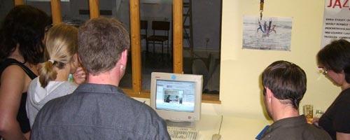 Die Mitarbeiter sehen sich im Internet irgendwelche Hochzeitsfotos an, auf denen u.a. ein Mann im traditionellen Kilt zu sehen ist.