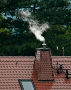 Weißer Rauch steigt auf. Hier wurde ein neuer Papst gewählt.