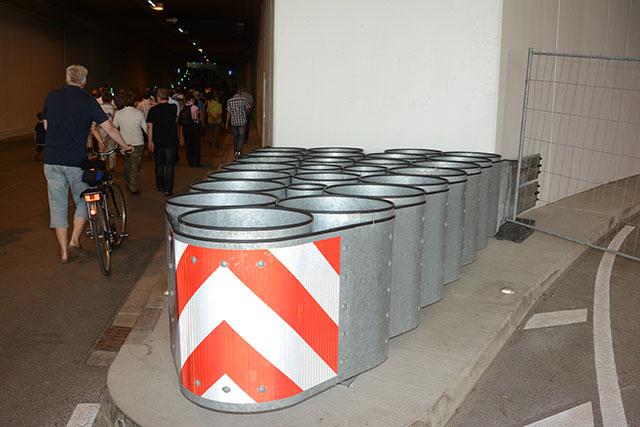 Am Eingang aufgestellte Mülleimer entsprechen bereits den ab 2014 allgemein   gültig werdenden Mülltrennungsrichtlinien